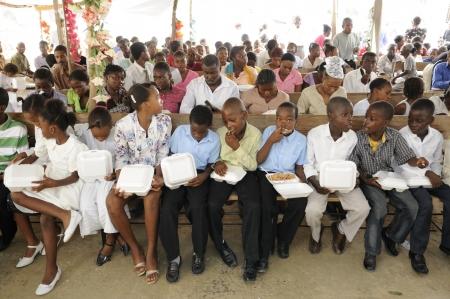 ポルトープランス-8 月 22 日: 2010 年 8 月 22 日にポルトープランス, ハイチの食糧配布キャンプ中に破壊された教会の内部の正体不明のハイチ人。 報道画像