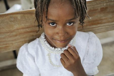 ポルトープランス-8 月 22 日: 正体不明ハイチの子供 2010 年 8 月 22 日にポルトープランス、ハイチでの食糧配布キャンプ中に彼女の食糧を終えて笑顔