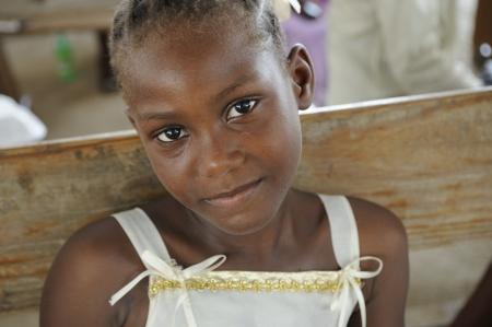 port au prince: PORT-AU-PRINCE - 22 de agosto: Un ni�o haitiano no identificado compartir una sonrisa en un campo de la distribuci�n de alimentos, en Port-au-Prince, Hait� el 22 de agosto de 2010.