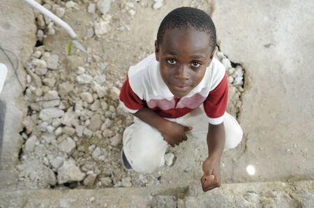 ポルトープランス-8 月 22 日: 正体不明のハイチ子供は 2010 年 8 月 22 日のポルトープランス, ハイチの食糧配布キャンプ中に「親指」記号を示してい