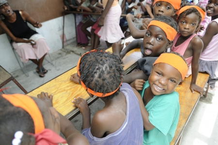 ポルトープランス-8 月 25 日: 2010 年 8 月 25 日にポルトープランス, ハイチの西半球で最も貧しい地域の小さな学校で挙げるソレイユ-1 つの正体不明の 報道画像