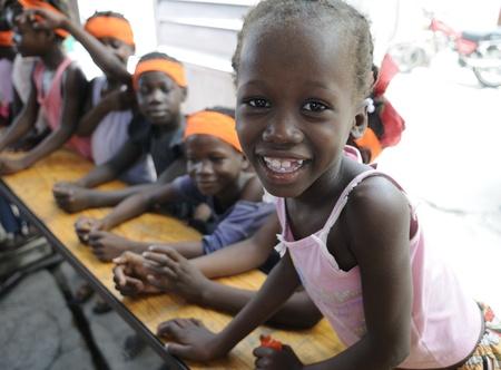 ポルトープランス-8 月 25 日: 2010 年 8 月 25 日にポルトープランス、ハイチでのシテ ・ ソレイユの小さな学校でクラス中に笑いの共有正体不明校生。