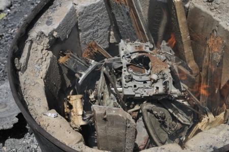 port au prince: PORT-AU-PRINCE - 25 de agosto: Los residentes de Cit� Soleil quemar cosas abandonadas para hacer hierro para producir arte a partir de estas cosas, en Port-au-Prince, Hait� el 25 de agosto de 2010.