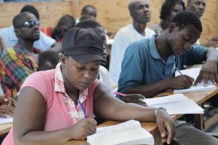 port au prince: Cit� Soleil-25 de agosto: Los estudiantes que hacen su trabajo de clase en una escuela de la comunidad local en Cit� Soleil, una de las zonas m�s pobres del hemisferio occidental, el 25 de agosto de 2010 en Cit� Soleil, Hait�. Editorial