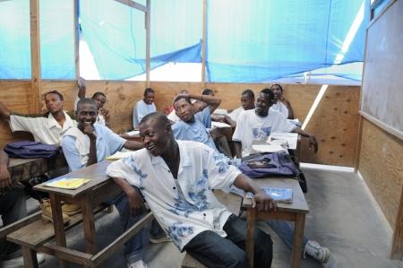 port au prince: Cit� Soleil-25 de agosto: Los estudiantes se r�e de una broma por su profesor en una escuela de la comunidad local en Cit� Soleil, una de la zona m�s pobre del hemisferio occidental, el 25 de agosto de 2010 en Cit� Soleil, Hait�. Editorial