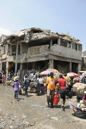 effondrement: PORT-AU-PRINCE - 27 ao�t: Un point de s'effondrer b�timent dans le centre de Port-au-Prince qui reste intacte et risqu�e, � Port-au-Prince, Ha�ti, le 27 Ao�t, 2010 �ditoriale