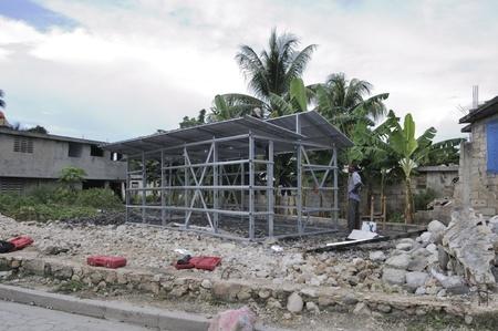 port au prince: LEOGANE - 27 de agosto: Un hombre haitiano de pie delante de su casa que est� siendo reconstrucci�n despu�s del terremoto, el 27 de agosto de 2010 en Leogane, Hait�