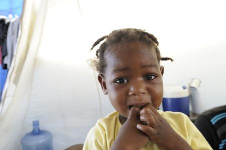 ポルトープランス-8 月 28 日: 正体不明ハイチの子供 2010 年 8 月 28 日にポルトープランス, ハイチの飢餓からの彼女の指をかむこと。 報道画像