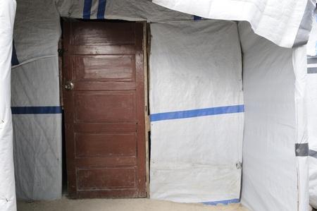 port au prince: PORT-AU-PRINCE - 28 de agosto: Despu�s de ninguna ayuda desde cualquier rinc�n de la sociedad, los residentes est�n haciendo sus propios arreglos para la vida permanente en tiendas de campa�a, el 28 de agosto de 2010 en Port-Au-Prince, Hait�. Editorial