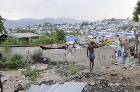 ポルトープランス-8 月 28 日: 困惑した男は彼のテントを考えてが破壊されたため火、2010 年 8 月 28 日ポルトープランス, ハイチの上に