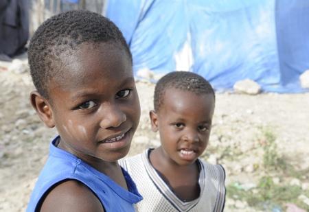 port au prince: PORT-AU-PRINCE - 28 de agosto: Dos ni�os desconocidos que comparten una risa en una de las ciudades de carpas en Hait�, el 28 de agosto de 2010 en Port-au-Prince, Hait� Editorial