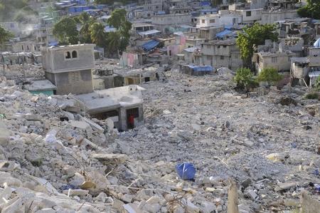 PORT-AU-PRINCE - AUGUST 28: A valley of broken houses and debris on August 28, 2010 in Port-Au-prince, Haiti. Redakční