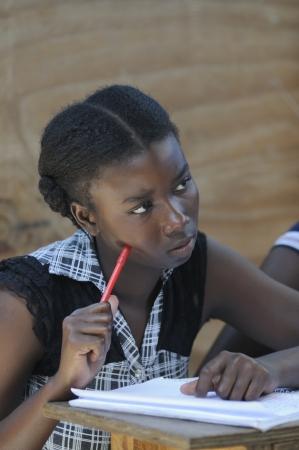 port au prince: Cit� Soleil-AGOSTO 25: Una estudiante escucha una clase de Ingl�s en una escuela de la comunidad de Cit� Soleil, una de la zona m�s pobre del hemisferio occidental el 25 de agosto de 2010 en Cit� Soleil, Hait�.