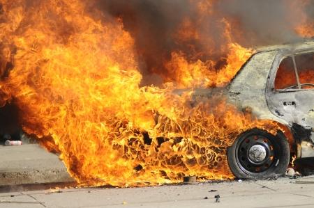 トロント-6 月 26 日: 2010 年 6 月 26 日に、カナダのトロントで G20 抗議の間に放火された後燃焼警察車のパーツ。
