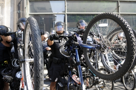 p�rim�tre: TORONTO-25 juin: Toronto Police de cycle dans les engins anti-�meutes cr�ant un p�rim�tre apr�s une arrestation lors de la manifestation du G20 le 25 Juin 2010, � Toronto, au Canada.