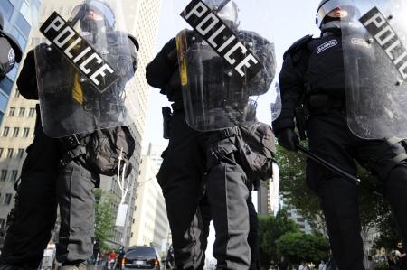 トロント-6 月 25: 暴動警察は 2010 年 6 月 25 日に、カナダのトロントで G20 抗議の間にトロントのあらゆるインチの制御を取るします。
