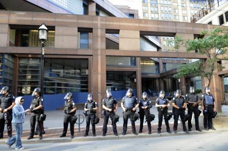quartier g�n�ral: 28 TORONTO-JUIN: la police de Toronto qui gardaient le si�ge de la police lors de la manifestation du G20 le 28 Juin 2010, � Toronto, Canada.