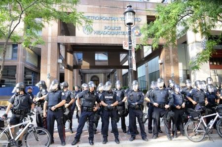 トロント-6 月 28: トロント警察の前にバリケードを形成の本社か g G20 の抗議 2010 年 6 月 28 日、カナダのトロントに。