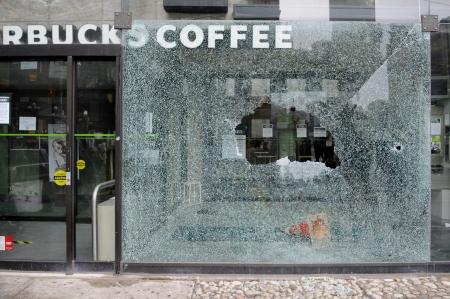 トロント-6 月 26: スターバックス コーヒー店の窓 2010 年 6 月 26 日にトロント、カナダでの G20 の抗議行動中に破壊されました。