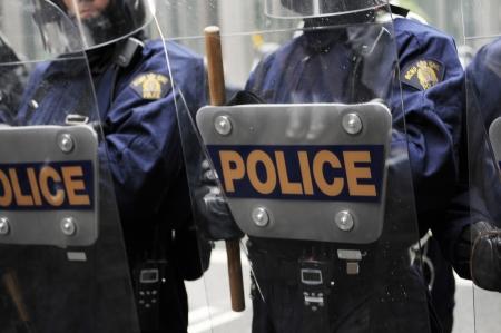トロント-6 月 26: A トロント暴動警察官を披露彼の盾と 2010 年 6 月 26 日に、カナダのトロントで G20 抗議の間に抗議者に固執。 報道画像