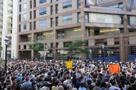 トロント-6 月 28: Torontonians バナーやサインで 2010 年 6 月 28 日に、カナダのトロントでの G20 の抗議中に大量逮捕に抗議する警察本部外に集まった。