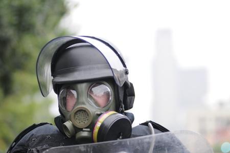 トロント-6 月 26: 防毒マスクと 2010 年 6 月 26 日に、カナダのトロントでの G20 の抗議の間に任意の化学物質やガス爆弾の準備ができて警察官。