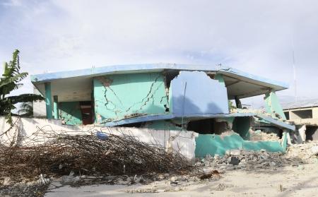 port au prince: A inclin� derribado edificio todav�a intacta en Hait� Foto de archivo