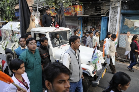 KOLKATA- DECEMBER 20: A hearse carrying a deceased body of one of the party workers of All India TrInamool Congress in Kolkata, India on December 20, 2010. Éditoriale