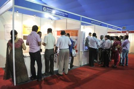 コルカタ-2 月 20 日: 人々 ビルラ博物館のブースから情報・通信技術の会議と展示会 2011 年 2 月 20 日インド、コルカタの中に情報を収集します。