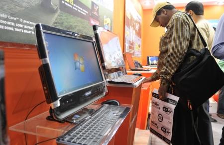 コルカタ-2 月 20 日: ビューアーで慎重に見えるレノボ デスクトップ情報と通信技術 (ICT) の会議および 2011 年 2 月 20 日にインド、コルカタの展示 報道画像