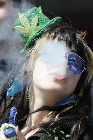 トロント - 4 月 20 日: A マリファナ喫煙者、イベント中に年間 420 マリファナ ヨンジ & ダンダス広場で 2012 年 4 月 20 日に、カナダのトロントで煙を吹