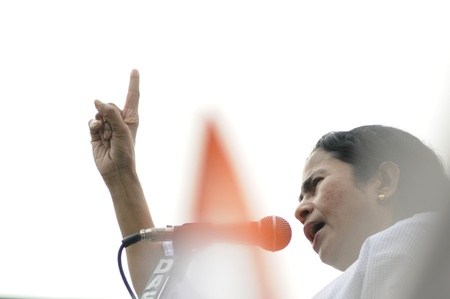 KOLKATA - FEBRUARY 20: Indian Railways minister Ms. Mamata Banerjee looking at the audience while giving her speech during a political rally in Kolkata, India on February 20, 2011. 新聞圖片