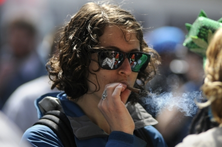 トロント - 4 月 20 日: イベント中に年間 420 マリファナ ヨンジ & ダンダス広場で 2012 年 4 月 20 日にトロント、カナダでマリファナの喫煙。