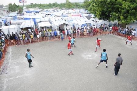 port au prince: PORT-AU-PRINCE - 26 de agosto: Los equipos que juegan un partido de f�tbol amistoso en una de las ciudades de carpas en Port-Au-Prince, Hait� el 26 de agosto de 2010.