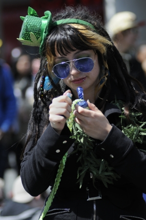 トロント - 4 月 20 日: イベント中に年間マリファナ 420 ヨンジ & ダンダス広場で 2012 年 4 月 20 日に、カナダのトロントで彼女のマリファナのパイプを 報道画像