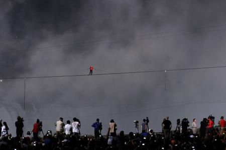 ナイアガラの滝 - 6 月 15 日: メディア 2012 年 6 月 15 日にナイアガラの滝、カナダの綱渡りのナイアガラの滝を横断ニック Wallanda のすべての瞬間を次