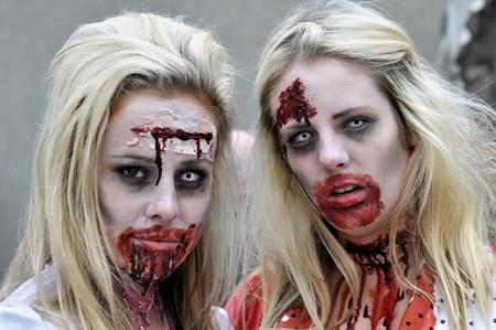 トロント-10 月 20: 2012 年 10 月 20 日、カナダのトロントでのハロウィーン パレード中に、カメラに向かって探しているカップル。