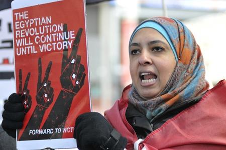 トロント - 1 月 21 日: トロント、カナダで 2012 年 1 月 21 日にエジプトの革命支援のグローバル日中ヨンジとダンダス広場で集会に参加するエジプト