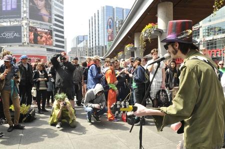 トロント - 4 月 20 日: 生きているバンドを実行して、イベント中に年間 420 マリファナ ヨンジ & ダンダス広場で 2012 年 4 月 20 日に、カナダのトロン