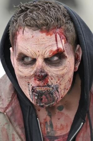 トロント-10 月 20: 2012 年 10 月 20 日のハロウィーン パレード中に怖い顔で、カナダのトロントに参加。