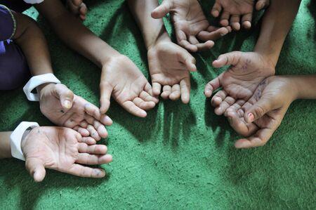 bhopal: Bhopal, 15 de noviembre de tercera generaci�n de v�ctimas de desastre de Bhopal simb�licamente pedir ayuda durante una sesi�n regular de la escuela en una cl�nica gratuita en Bhopal - India el 15 de noviembre 2010