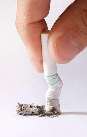 persona fumando: fumar no es saludable para su salud