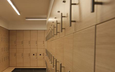 Zicht op een kleedkamer met houten kluisjes Stockfoto