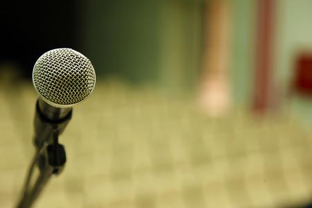 Microfoon en gele stoelen in Lezing Hal