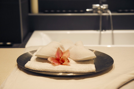 White Spa Slippers with Blossoms and towel 版權商用圖片 - 100700330