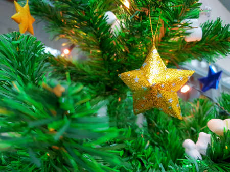 Decorated Christmas tree with golden star, Holiday background, Happy New Year and Xmas Banco de Imagens