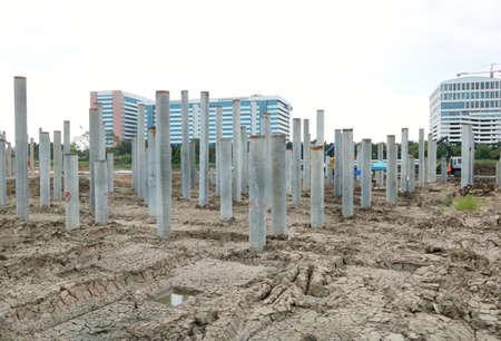 Maschine zum Bau von Fundamentarbeiten auf einer großen Baustelle in Thailand, Platz für Text in der Vorlage