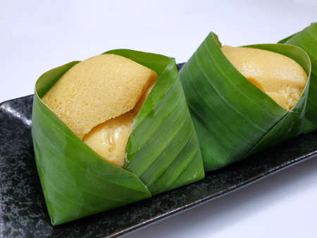 Thai dessert style, Top view of sweet sticky rice with Thai custard or Khao Neow Sang Kaya on banana leaf isolated on white background, (kaya, seri kaya, matamis sa bao, matamis na bao, kalamay-hati) Stock fotó