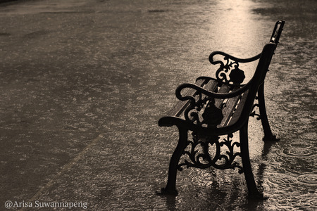 Vintage style of vintage metal chair under the raining. Foto de archivo - 97014113