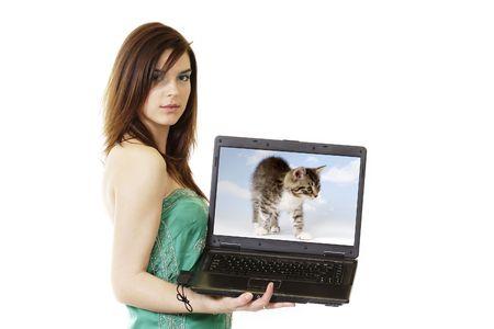 Kobieta z komputerem. Na białym tle.